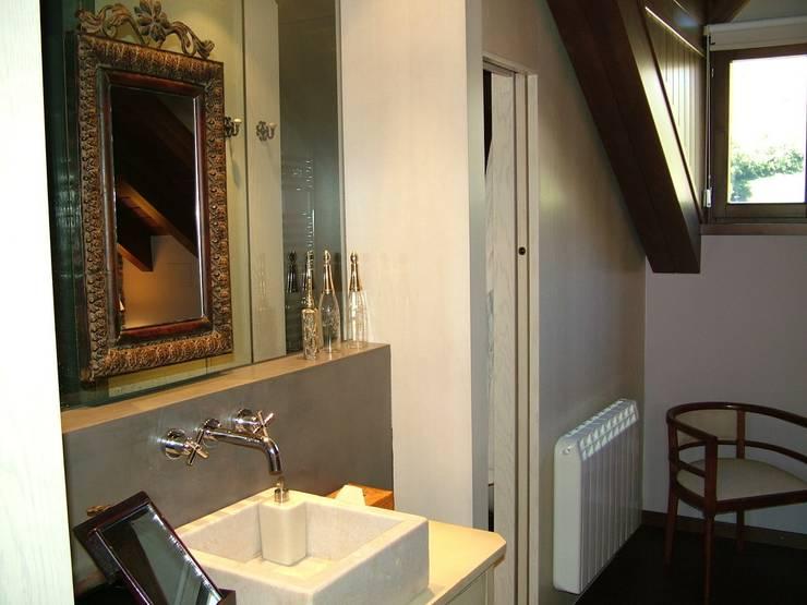 VIVIENDA UNIFAMILIAR EN ESTERRI D'ÀNEU (LLEIDA): Baños de estilo  de RIART I ASSOCIATS