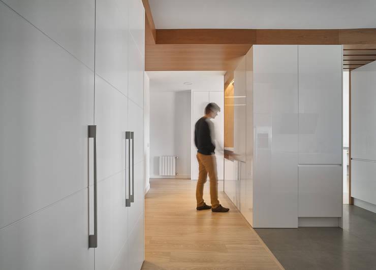 Armarios: Vestíbulos, pasillos y escaleras de estilo  de CM4 Arquitectos