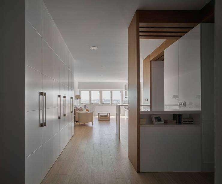 Entrada: Salones de estilo moderno de CM4 Arquitectos