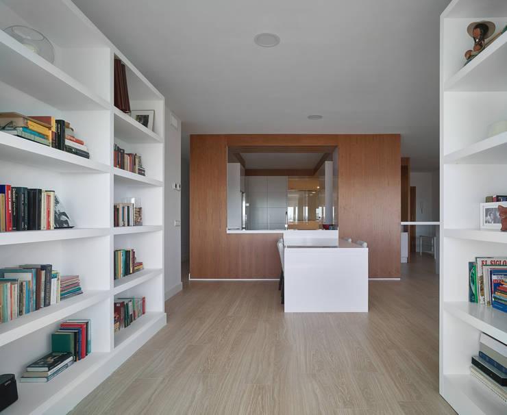 Estanteria: Salones de estilo  de CM4 Arquitectos