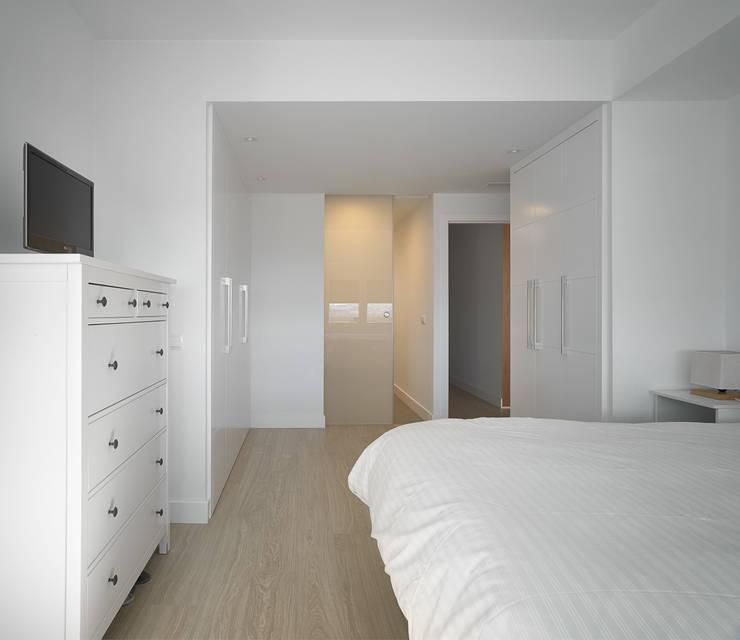 Camera da letto in stile in stile Moderno di CM4 Arquitectos