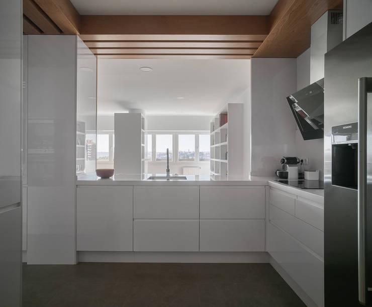 Reforma integral en los remedios: Cocinas de estilo moderno de CM4 Arquitectos