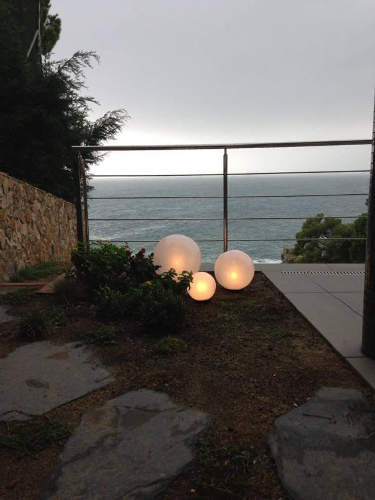 Luces del jardín: Jardines de estilo  de LANDSHAFT