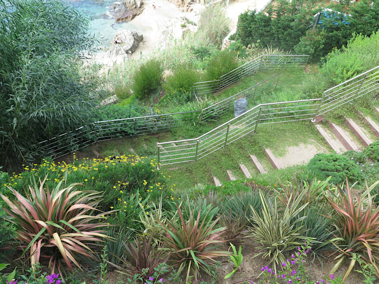Jardín en bajada: Jardines de estilo  de LANDSHAFT