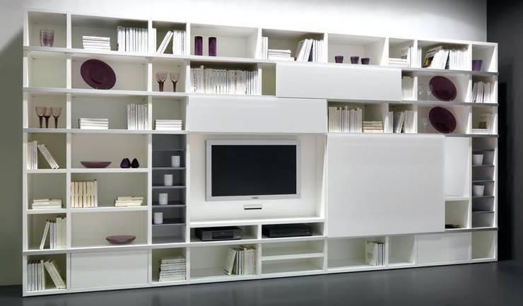 Libreria componibile laccata opaca bianca mod. Artik : Soggiorno in stile in stile Moderno di soloLibrerie