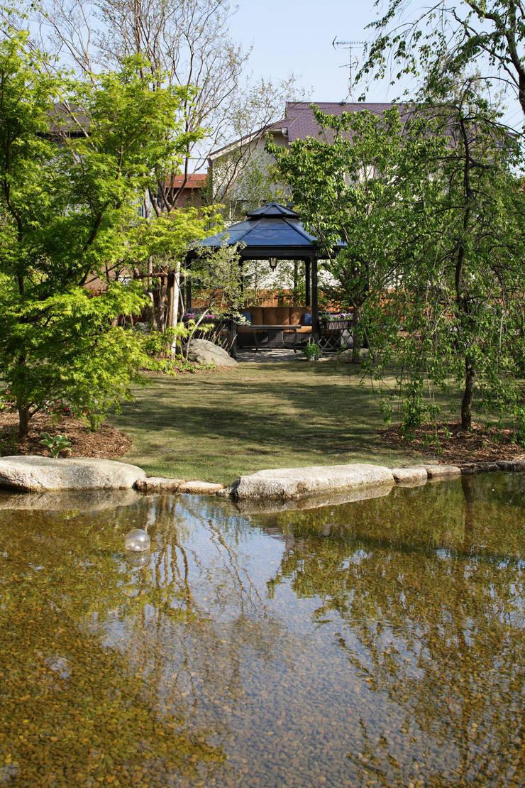 ガゼボ: 秦造園が手掛けた庭です。