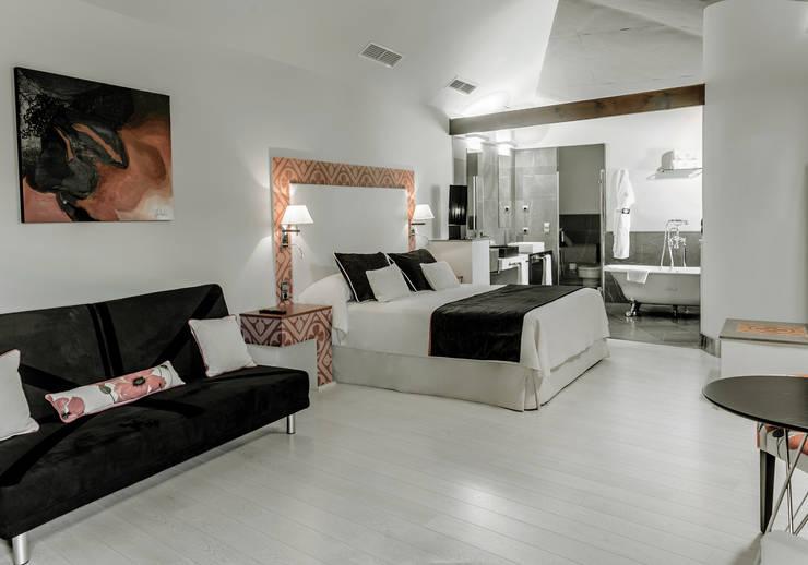 Habitaciones en Hacienda Señorío de Nevada: Hoteles de estilo  de Marta del Valle