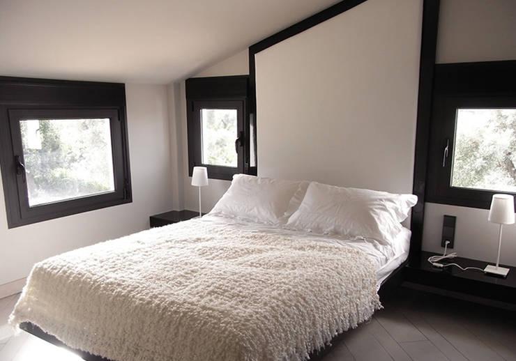 Cabecero adaptado a buhardilla: Dormitorios de estilo  de Marta del Valle