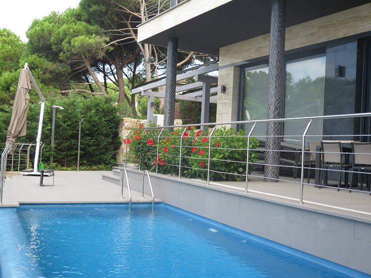 Jardinera de la terraza: Terrazas de estilo  de LANDSHAFT