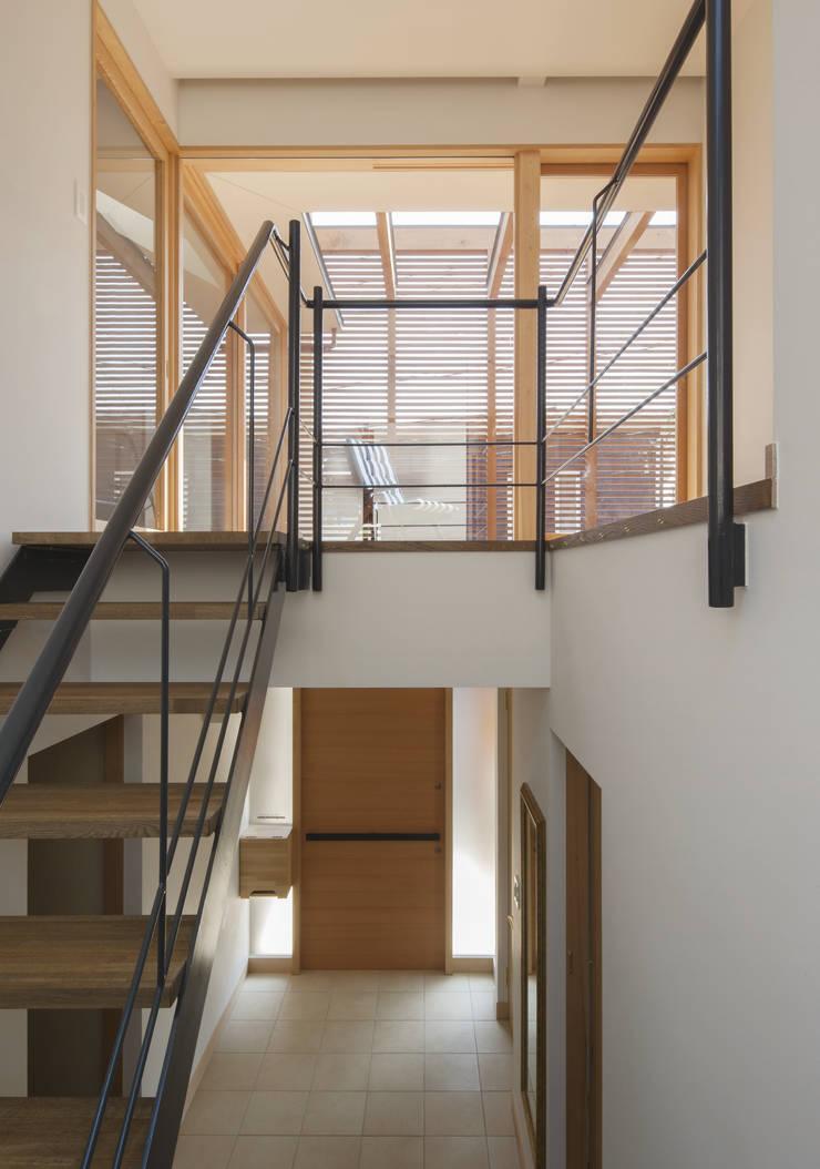 階段と玄関ホール: アトリエ・ブリコラージュ一級建築士事務所が手掛けた廊下 & 玄関です。