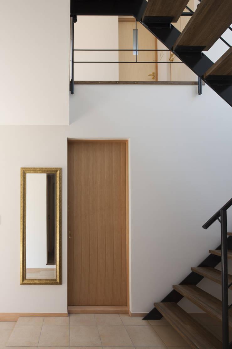玄関ホール: アトリエ・ブリコラージュ一級建築士事務所が手掛けた廊下 & 玄関です。
