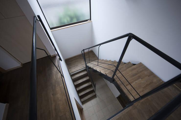 岡本の家: アトリエ・ブリコラージュ一級建築士事務所が手掛けた廊下 & 玄関です。