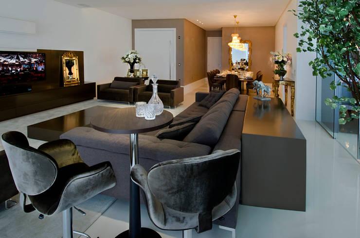 A31 Residência: Salas de estar  por Canisio Beeck Arquiteto