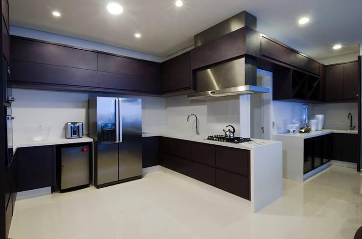 A31 Residência: Cozinhas modernas por Canisio Beeck Arquiteto