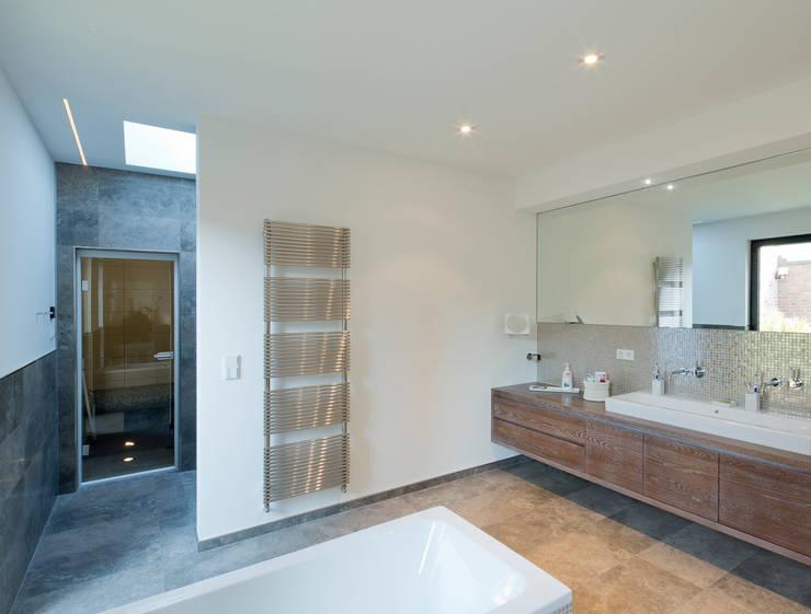 Haus S:  Badezimmer von Ferreira | Verfürth Architekten