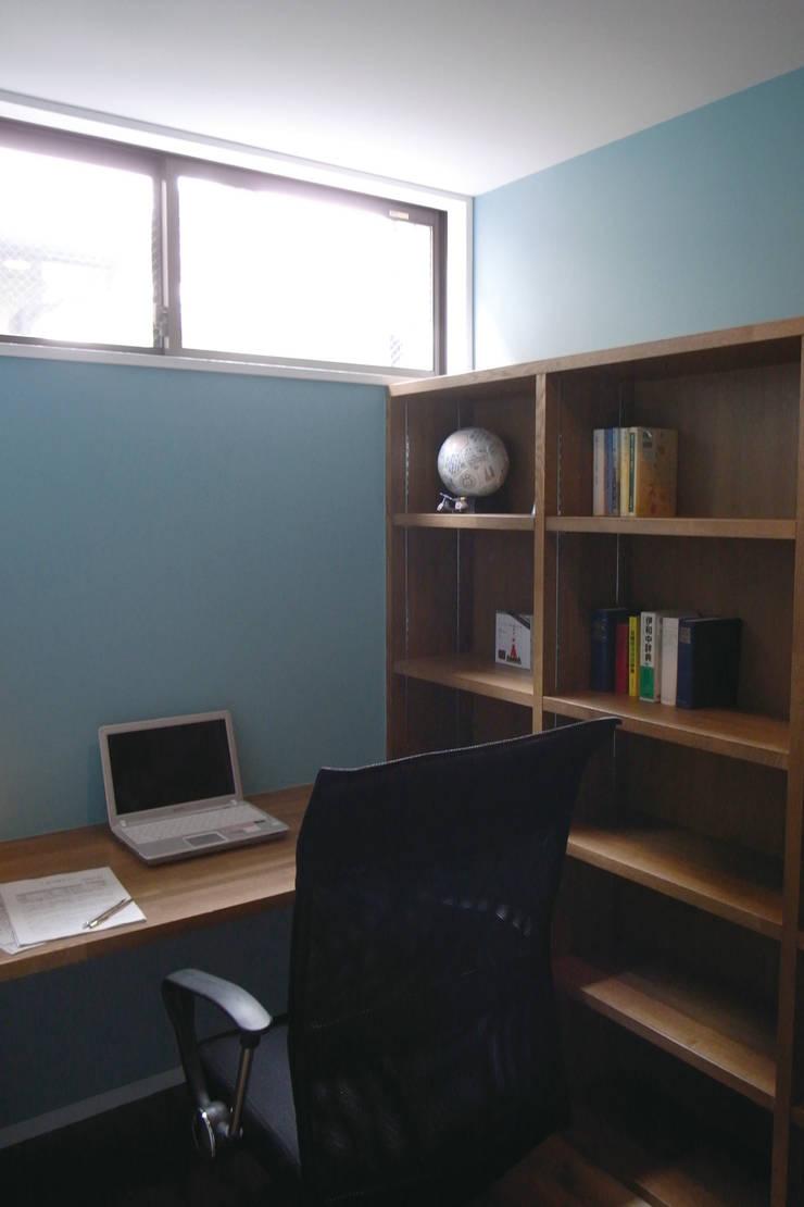 岡本の家: アトリエ・ブリコラージュ一級建築士事務所が手掛けた書斎です。
