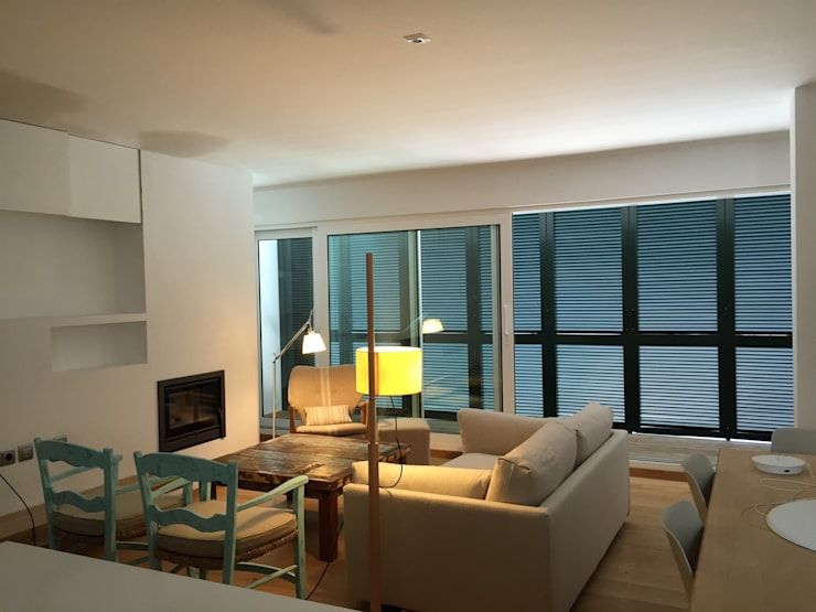 apartamento frente al mar: Salas multimedia de estilo  de zazurca arquitectos