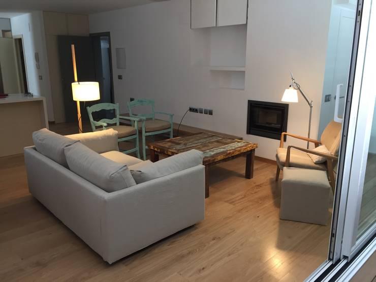 apartamento frente al mar: Salones de estilo  de zazurca arquitectos