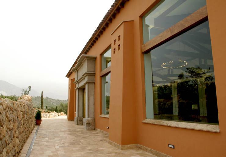 Bodega Señorío de Nevada: Salones de eventos de estilo  de Estudio de arquitectura Jesús del Valle