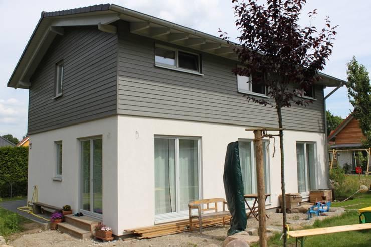 Wohngesundes Holzhaus - modern und kostengünstig:  Häuser von Neues Gesundes Bauen