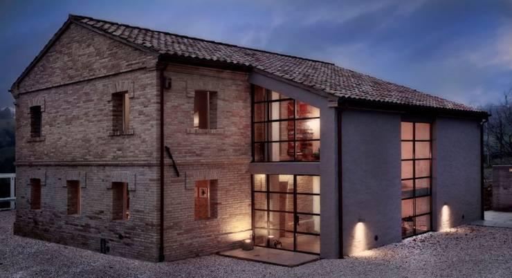 Casas de estilo  por Opera s.r.l.