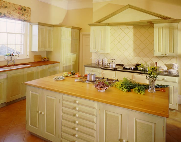 Suffolk Green Painted Kitchen designed and made by Tim Wood: classic Kitchen by Tim Wood Limited