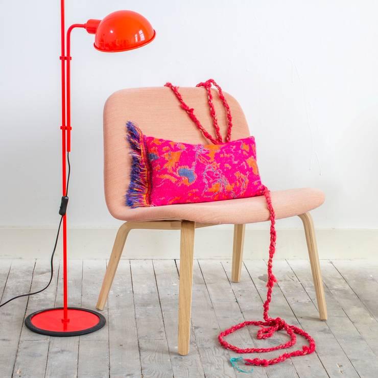 Fringe N°5 - Deep Pink: eclectische Woonkamer door Roos Soetekouw Design