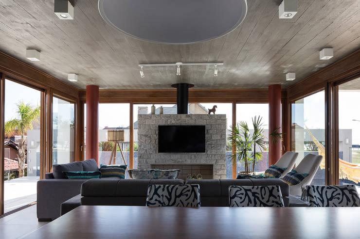Projekty,  Salon zaprojektowane przez Seferin Arquitetura