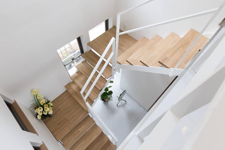 矢掛の家: Design Labo LA Commuが手掛けた廊下 & 玄関です。