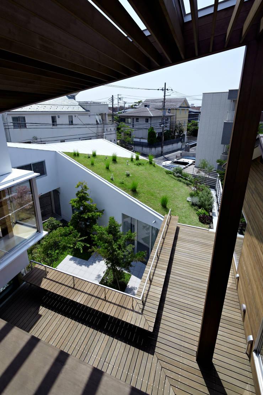 屋上デッキ: 工藤宏仁建築設計事務所が手掛けたテラス・ベランダです。