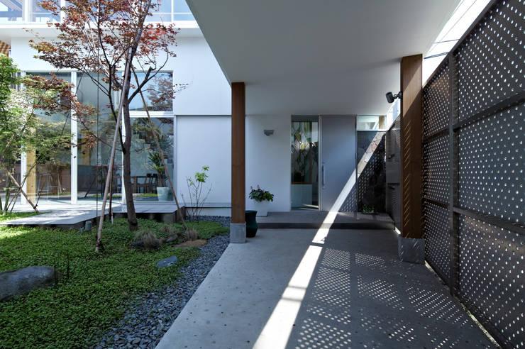 メインエントランス: 工藤宏仁建築設計事務所が手掛けた庭です。