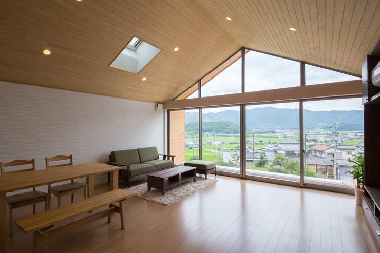 矢掛の家: Design Labo LA Commuが手掛けたリビングです。