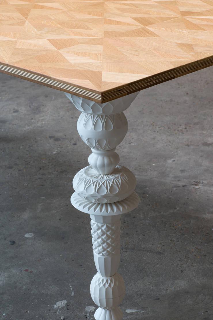 Writing Table Louis 2015: modern  door Studio Kalff, Modern