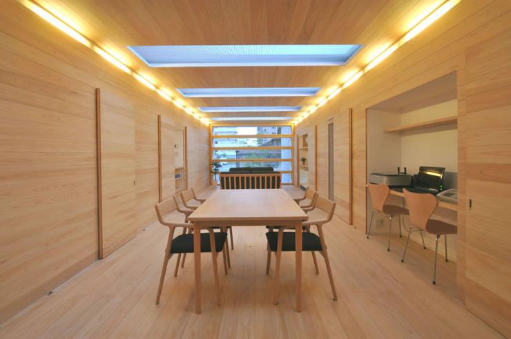 光と風が通る家: 田村淳建築設計事務所が手掛けたリビングです。