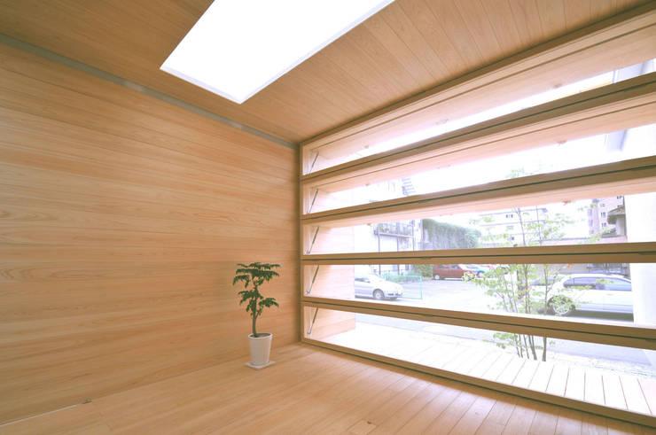 光と風が通る家: 田村淳建築設計事務所が手掛けた窓です。