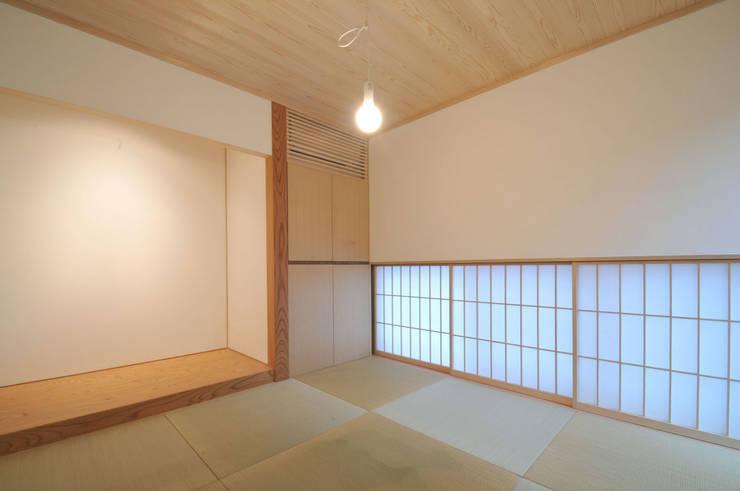 光と風が通る家: 田村淳建築設計事務所が手掛けた和室です。