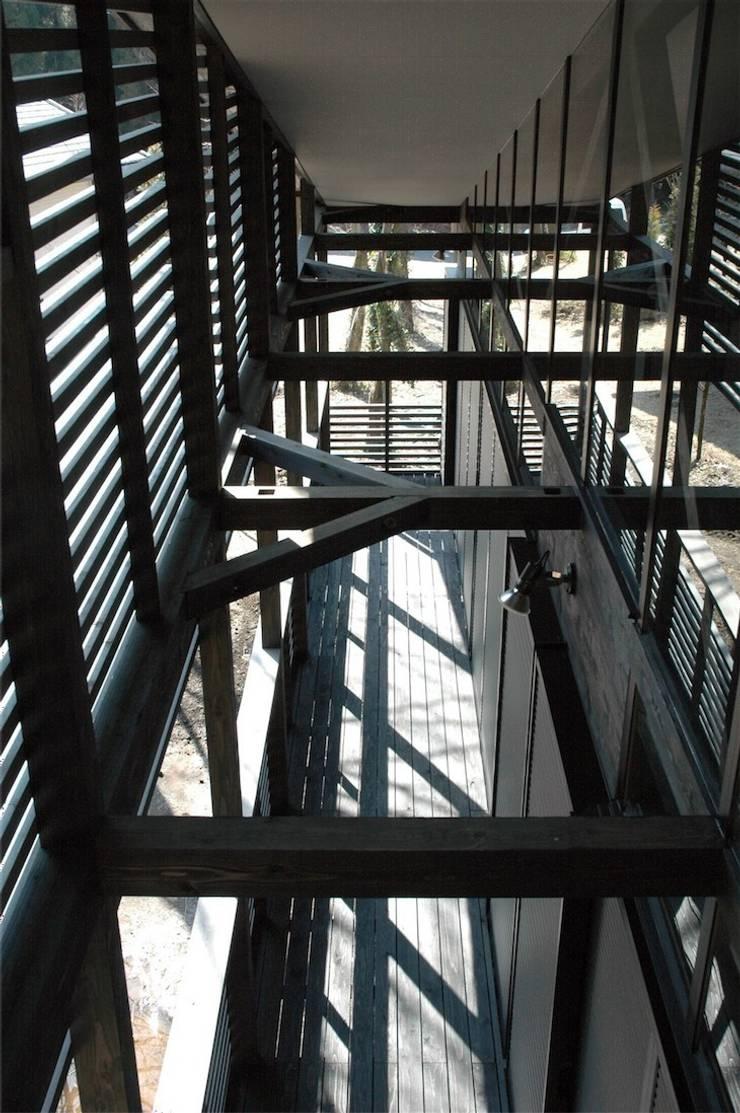 デッキ: ばん設計小材事務所が手掛けたテラス・ベランダです。
