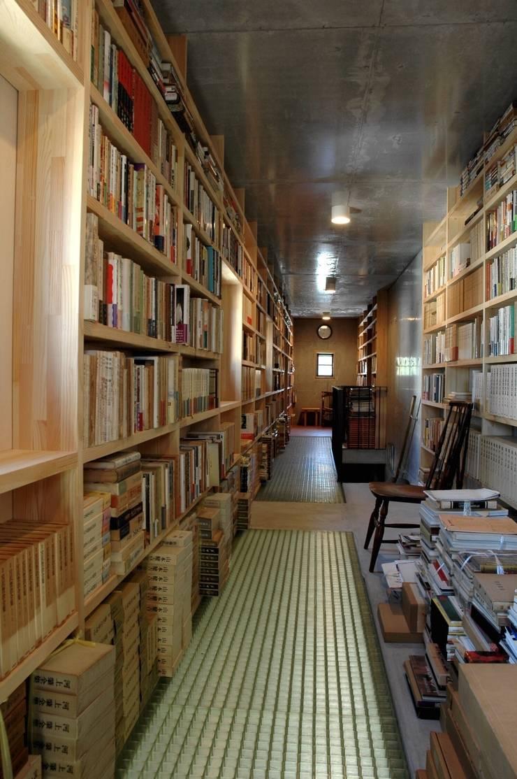書庫1: ばん設計小材事務所が手掛けた廊下 & 玄関です。
