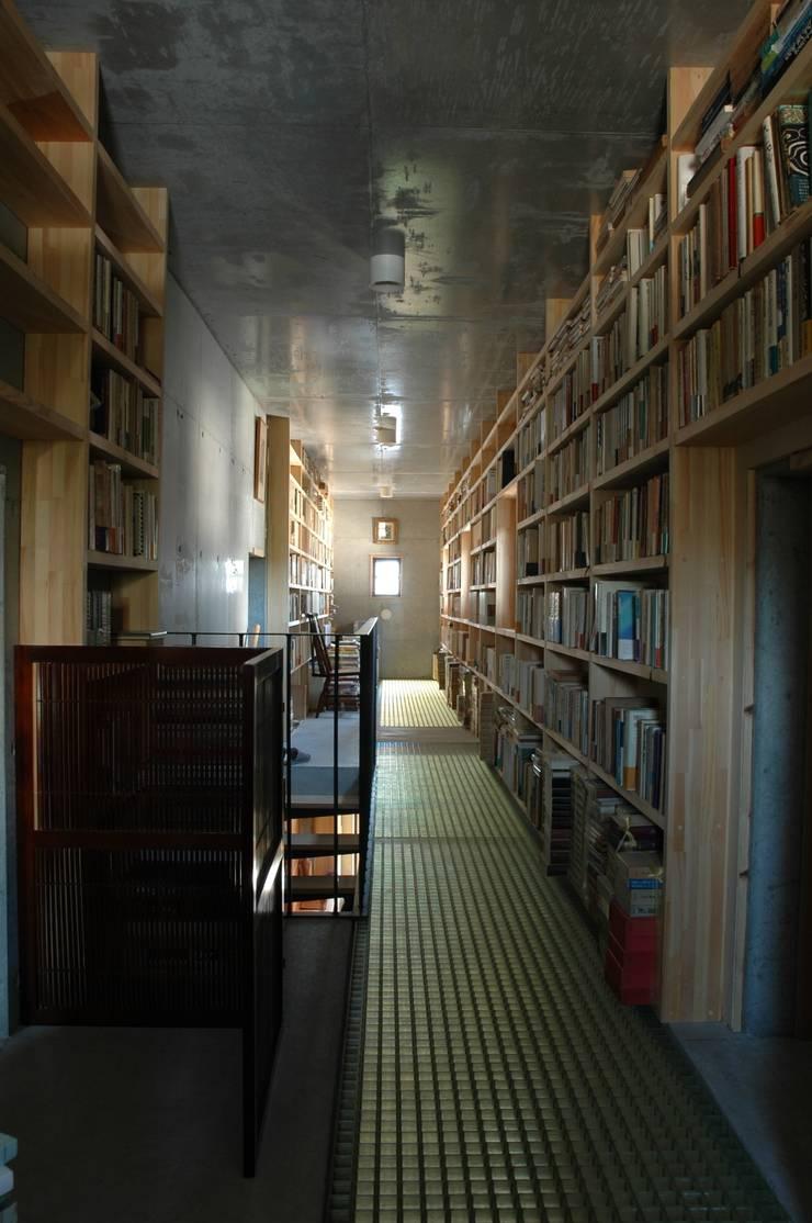 書庫2: ばん設計小材事務所が手掛けた廊下 & 玄関です。