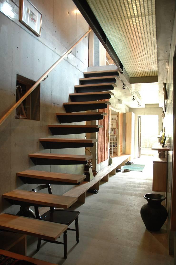 土間+階段: ばん設計小材事務所が手掛けた廊下 & 玄関です。,オリジナル