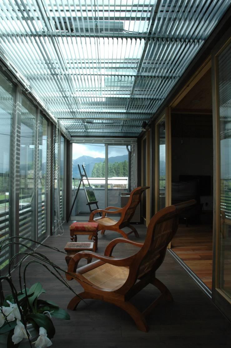 縁側: ばん設計小材事務所が手掛けたテラス・ベランダです。,オリジナル