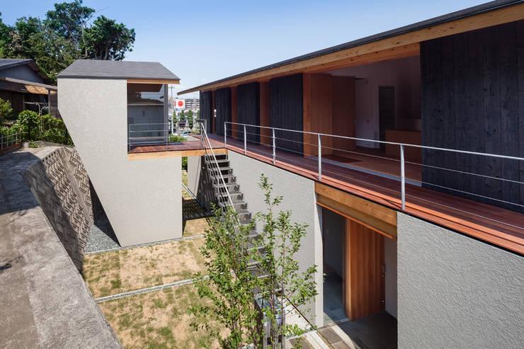 西向きの家: takasago architectsが手掛けた庭です。