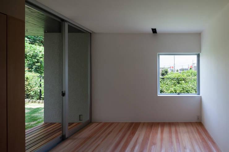 西向きの家: takasago architectsが手掛けた和室です。