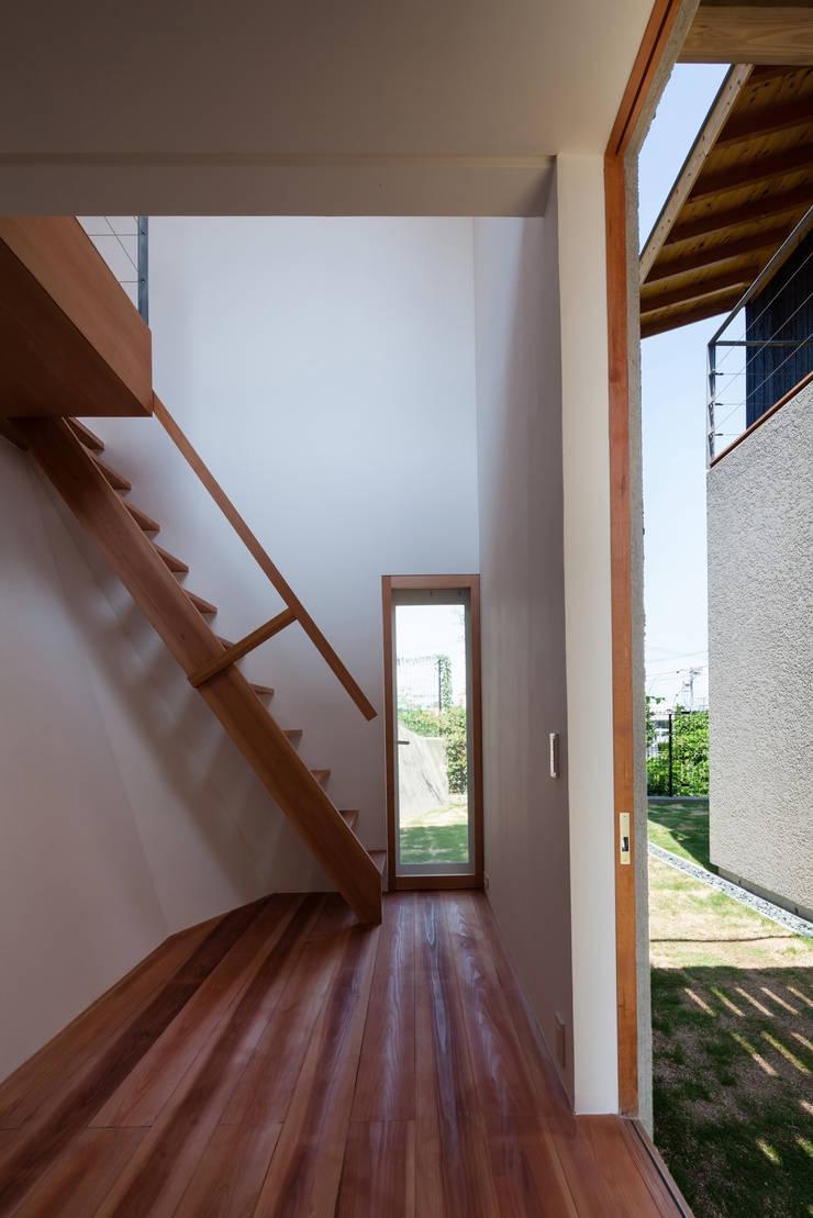 西向きの家: takasago architectsが手掛けた廊下 & 玄関です。