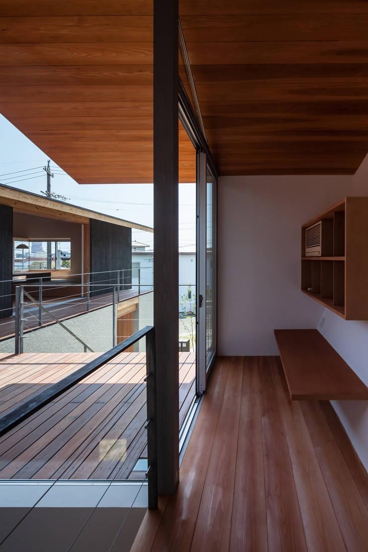 西向きの家: takasago architectsが手掛けたテラス・ベランダです。