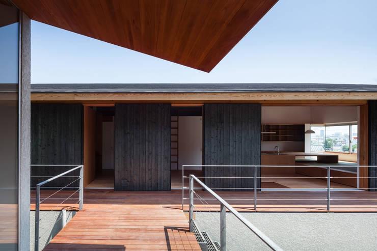 西向きの家: takasago architectsが手掛けたベランダです。