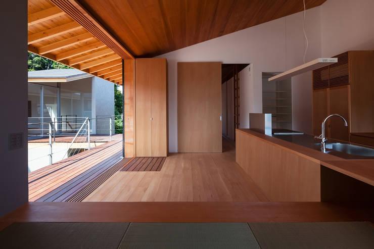 西向きの家: takasago architectsが手掛けたキッチンです。
