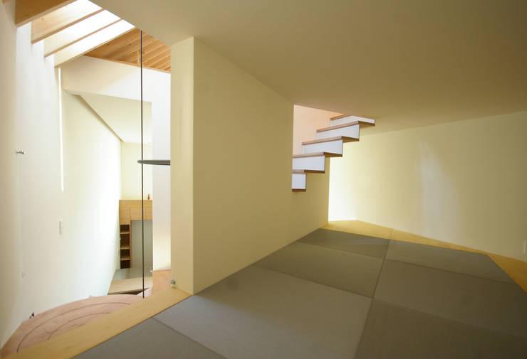 Marusankakushikakuie / マルサンカクシカクイエ: 株式会社POINTが手掛けた家です。,モダン