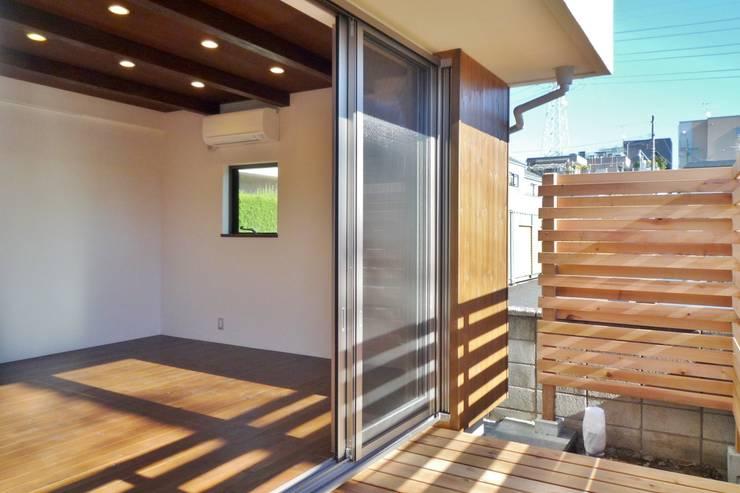 ウッドデッキ: 石井設計事務所/Ishii Design Office が手掛けたテラス・ベランダです。,モダン