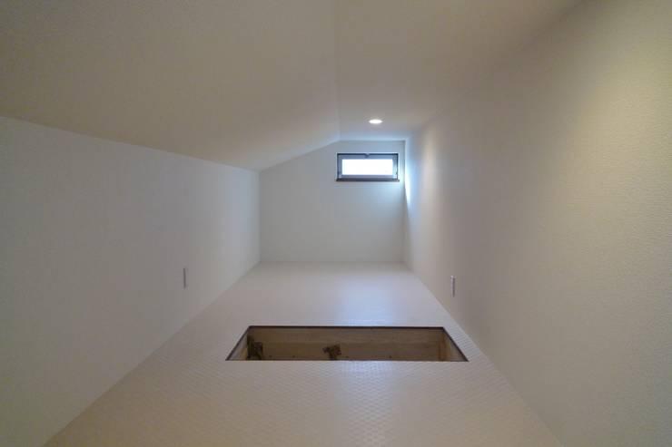 ロフト: 石井設計事務所/Ishii Design Office が手掛けたガレージです。,モダン